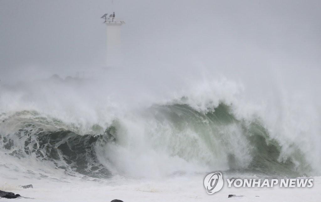 """8月26日上午,在济州道西归浦市大静邑的摹瑟浦港,随着今年第8号台风""""巴威""""步步逼近,海面上波涛汹涌。 韩联社"""