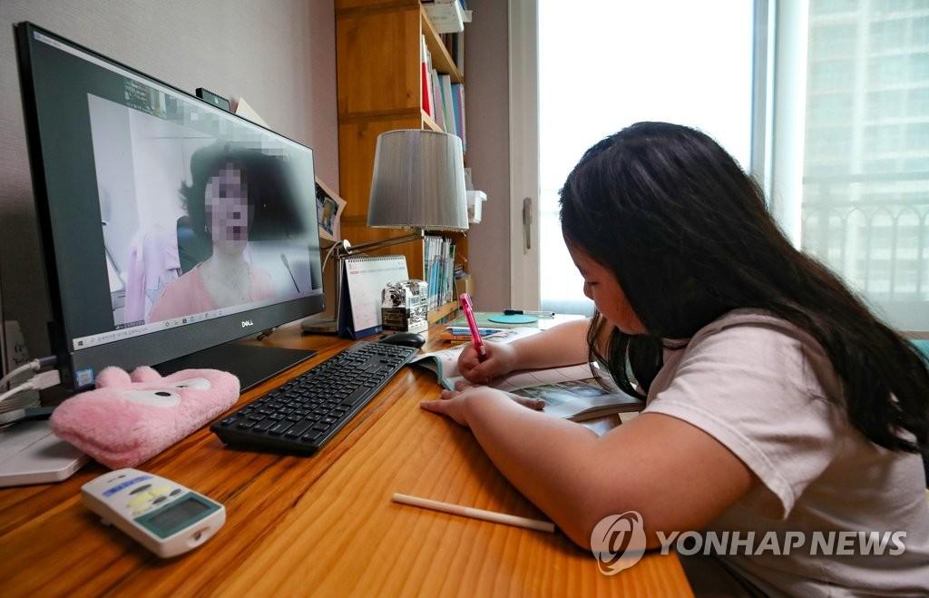 资料图片:一名小学生在家上网课。 韩联社