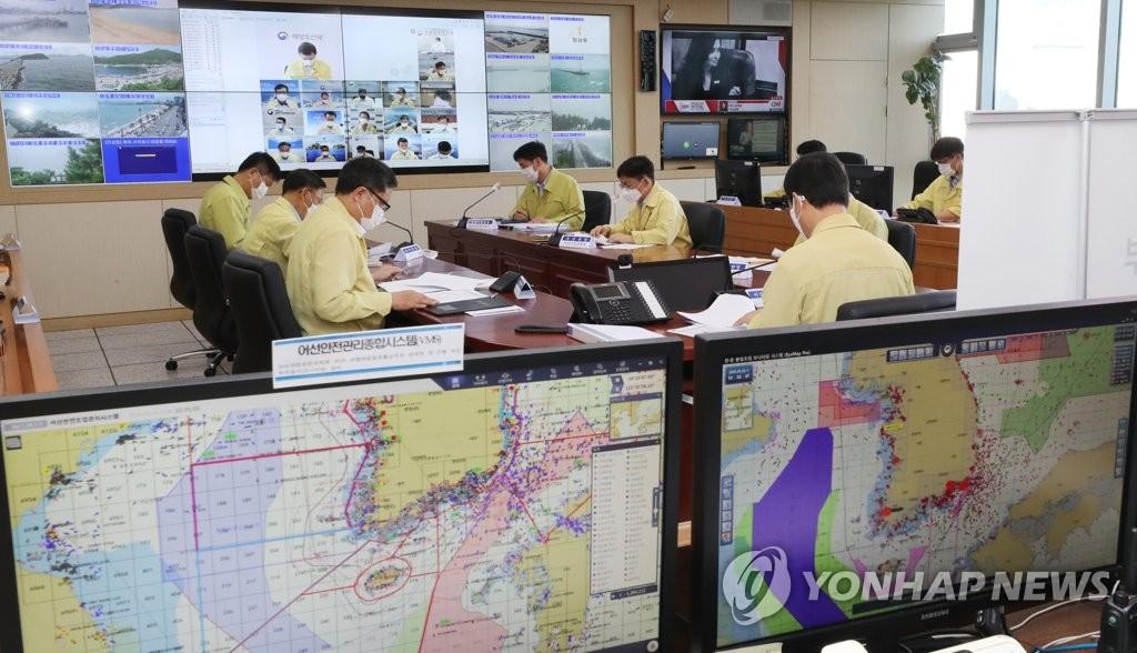 """8月26日上午,在中央政府世宗办公楼,韩国海洋水产部长官文成赫主持紧急对策会议,检查今年第8号台风""""巴威""""防御工作。 韩联社"""
