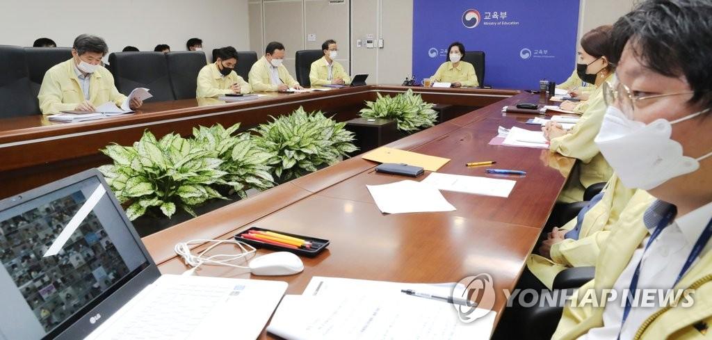 8月26日下午,在中央政府世宗办公楼,俞银惠(中)同全国教育长举行远程会议。 韩联社