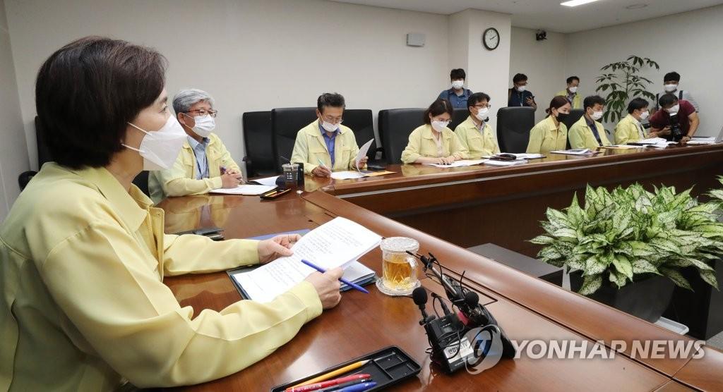 8月26日下午,在中央政府世宗办公楼,俞银惠(左)同全国教育长举行远程会议。 韩联社