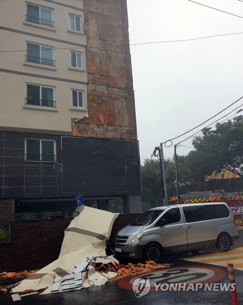 """资料图片:26日,受台风""""巴威""""影响,济州道济州市一公寓的外墙坍塌 济州道消防安全部供图(图片严禁转载复制)"""