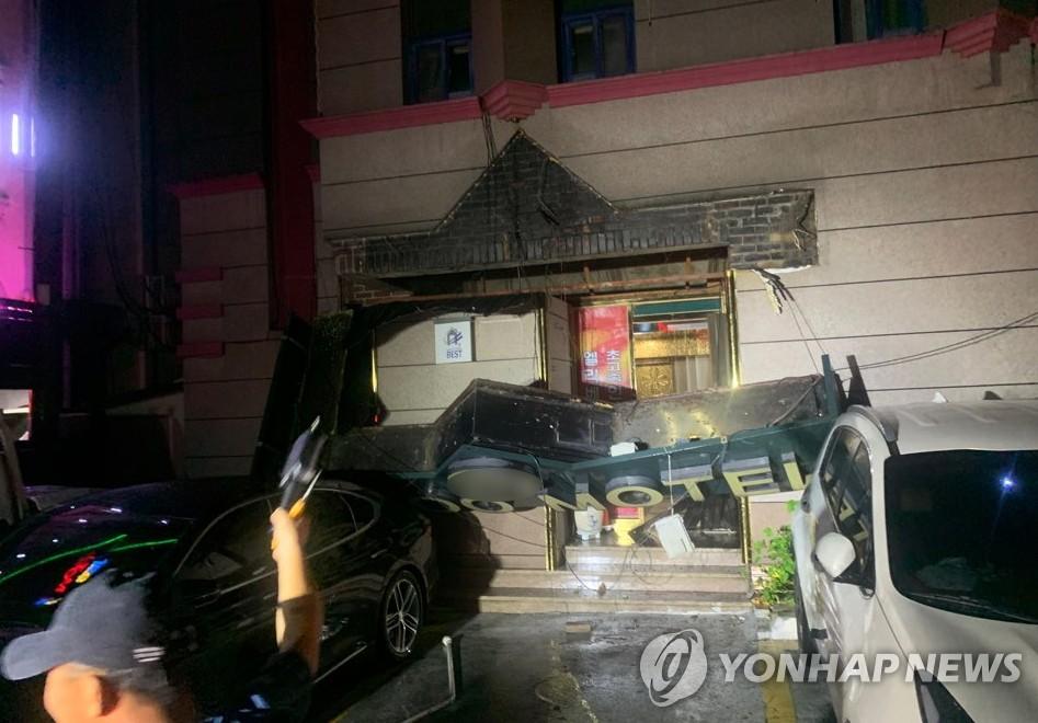 资料图片:26日晚,全罗北道南原市一旅馆招牌坠落砸中两台汽车。 全罗北道消防本部供图(图片严禁转载复制)
