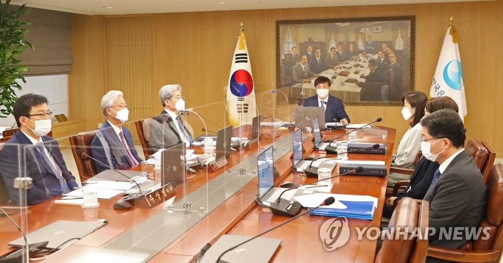 8月27日,在位于首尔市中区的韩国银行,韩国银行(央行)行长李柱烈主持召开金融货币委员会全体会议。 韩联社