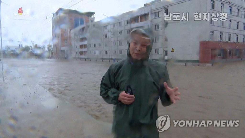 据朝鲜中央电视台8月27日报道,台风北上给南浦市带来强降水,市区多处路段被掩,交通瘫痪。 韩联社/朝鲜央视(图片仅限韩国国内使用,严禁转载复制)