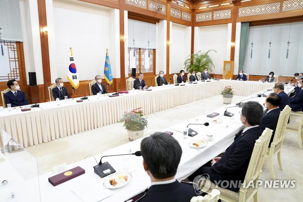 8月27日下午,在青瓦台,文在寅与韩国基督新教领袖座谈。 韩联社