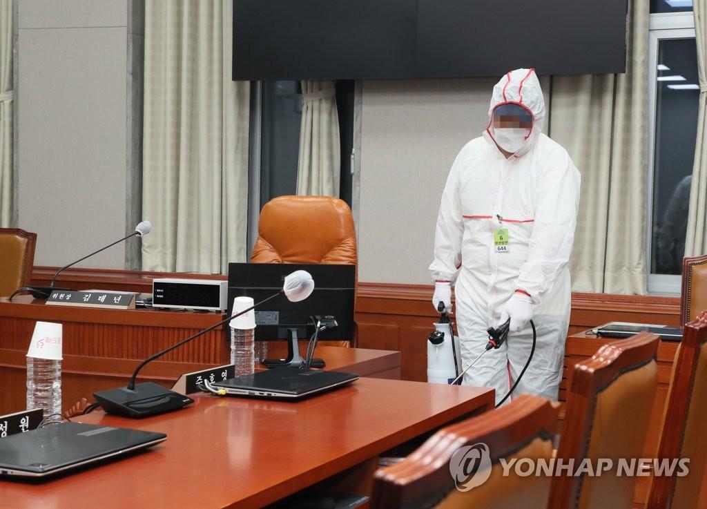 资料图片:8月27日,防疫人员对国会主楼会议室进行消毒防疫。 韩联社/国会供图(图片严禁转载复制)