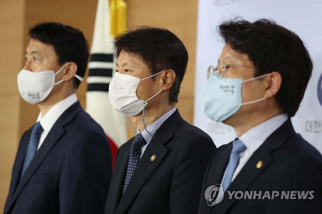8月28日,在中央政府首尔办公楼,金刚立(左二)举行联合记者会。 韩联社