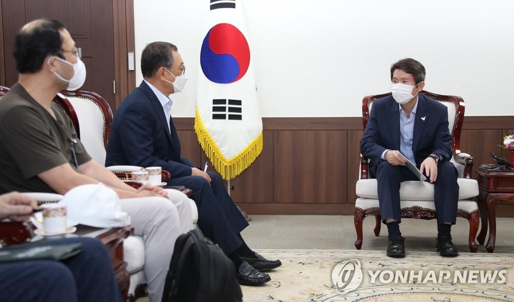 8月28日,在中央政府首尔办公楼,李仁荣(右一)会见投资金刚山的韩商。 韩联社
