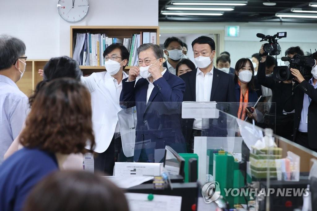 8月26日,文在寅视察首尔国立中央医疗院,勉励疫情紧急应对小组工作人员。 韩联社
