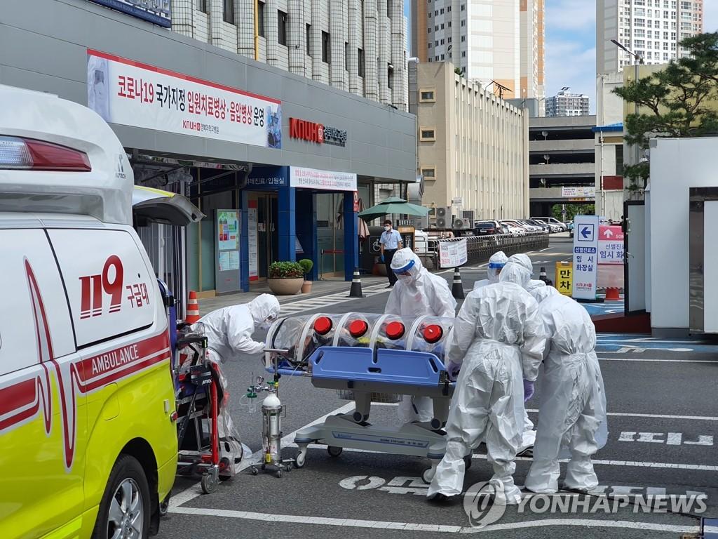 资料图片:医务人员移送确诊病例。 韩联社