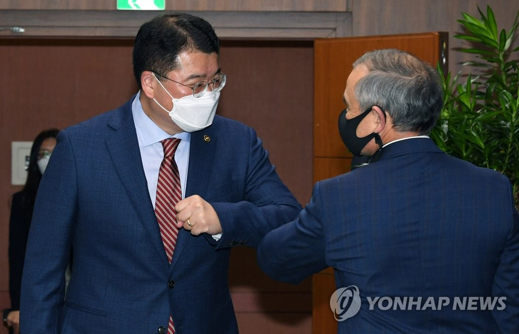 """8月31日下午,在首尔市钟路区的韩国外交部办公楼,崔钟建(左)和哈里斯""""碰肘""""致意。 韩联社/联合摄影记者团"""