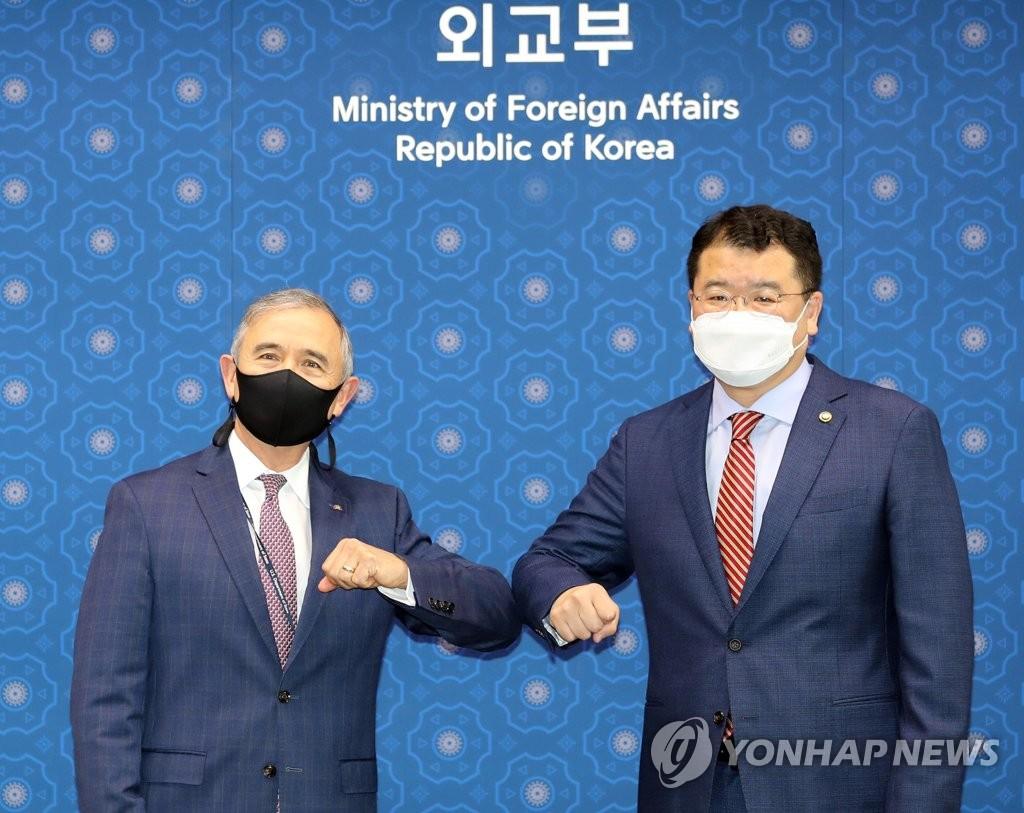 韩新任副外长崔钟建会见美国大使哈里斯