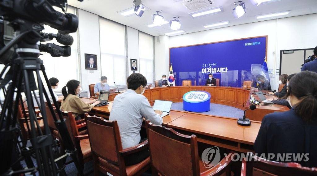 8月31日,在韩国国会党代表会议室,李洛渊答记者问。 韩联社