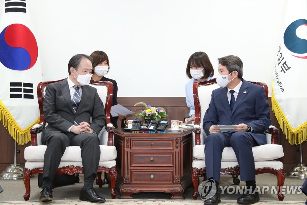 9月1日,在中央政府首尔办公楼,李仁荣(右)会见冨田浩司。 韩联社