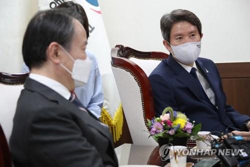 韩国统一部长官李仁荣会见日本大使冨田浩司