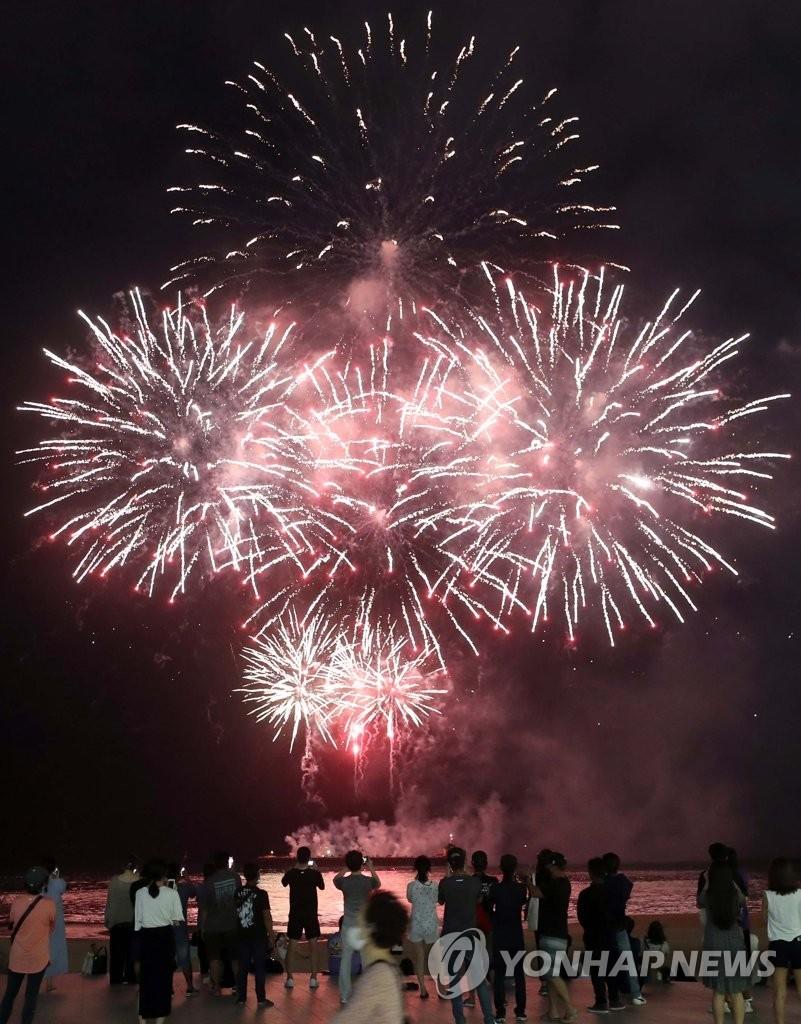 9月1日晚,在釜山海云台海水浴场,中国歌迷们举行超大型烟花秀,为防弹少年团(BTS)成员怔国庆生。 韩联社