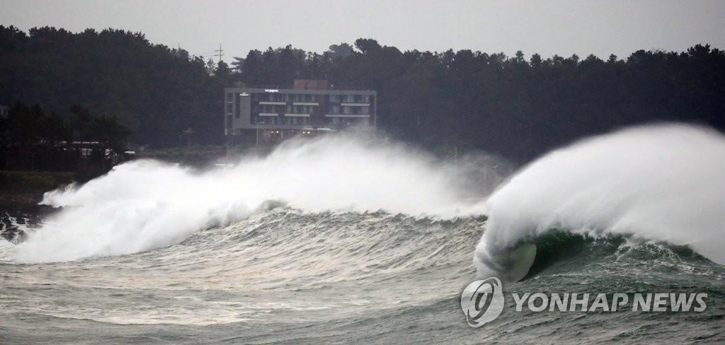 """超强台风""""美莎克""""北上逼近济州岛"""