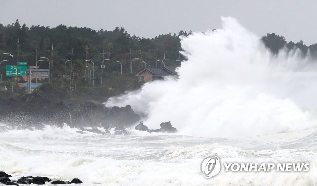 """9月2日,超强台风""""美莎克""""正在北上,受此影响济州西归浦市近海掀起巨浪。 韩联社"""