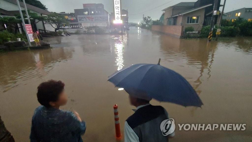 """9月2日,随着台风""""美莎克""""北上带来暴雨天气,江原道江陵市发生内涝。 韩联社"""