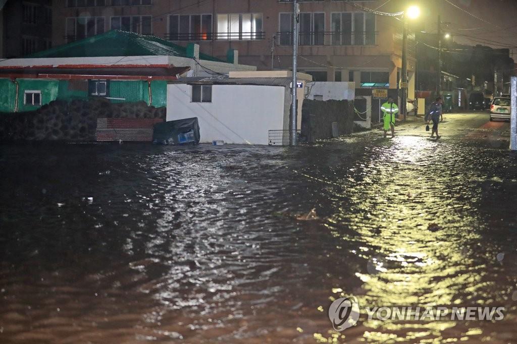 9月3日凌晨,济州道三徒洞因强降雨被淹。 韩联社