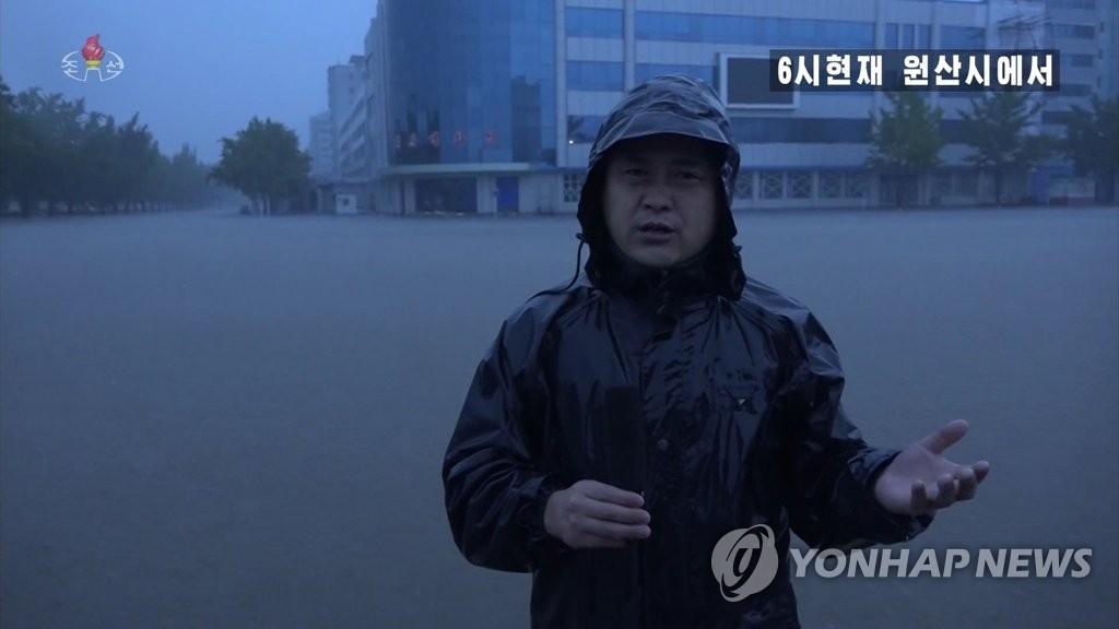 资料图片:9月3日上午6时,朝鲜中央电视台记者对江原道元山市的受灾情况进行现场报道。 朝鲜中央电视台截图(图片仅限韩国国内使用,图片严禁转载复制)