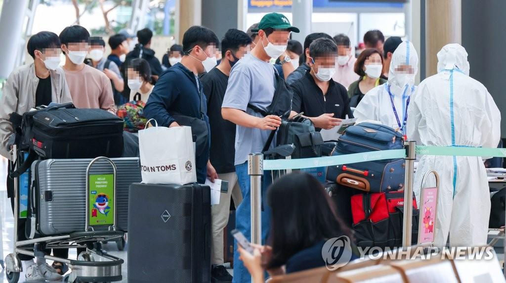 资料图片:9月4日下午,在仁川国际机场,现代汽车员工正在办理登机手续。 韩联社