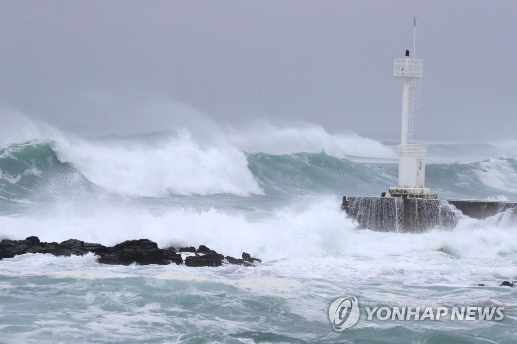 9月6日,在济州西归浦前海,台风掀起巨浪。 韩联社