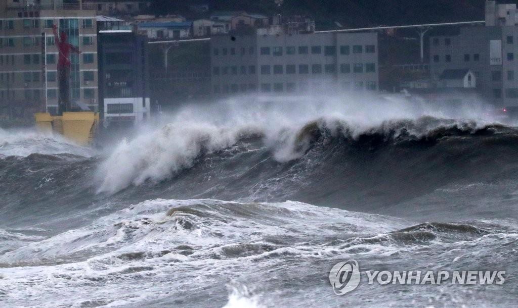 """9月7日,在釜山海云台,今年第10号台风""""海神""""掀起惊涛骇浪。 韩联社"""