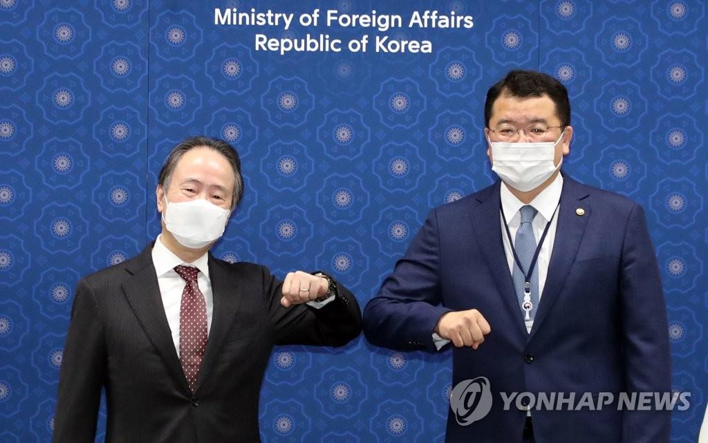 9月7日,在韩国外交部大楼,崔钟建(右)会见日本大使邢冨田浩司。 韩联社