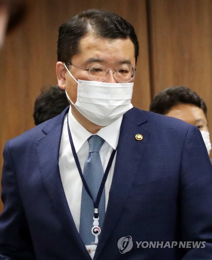 韩新任副外长崔钟建明启程访美
