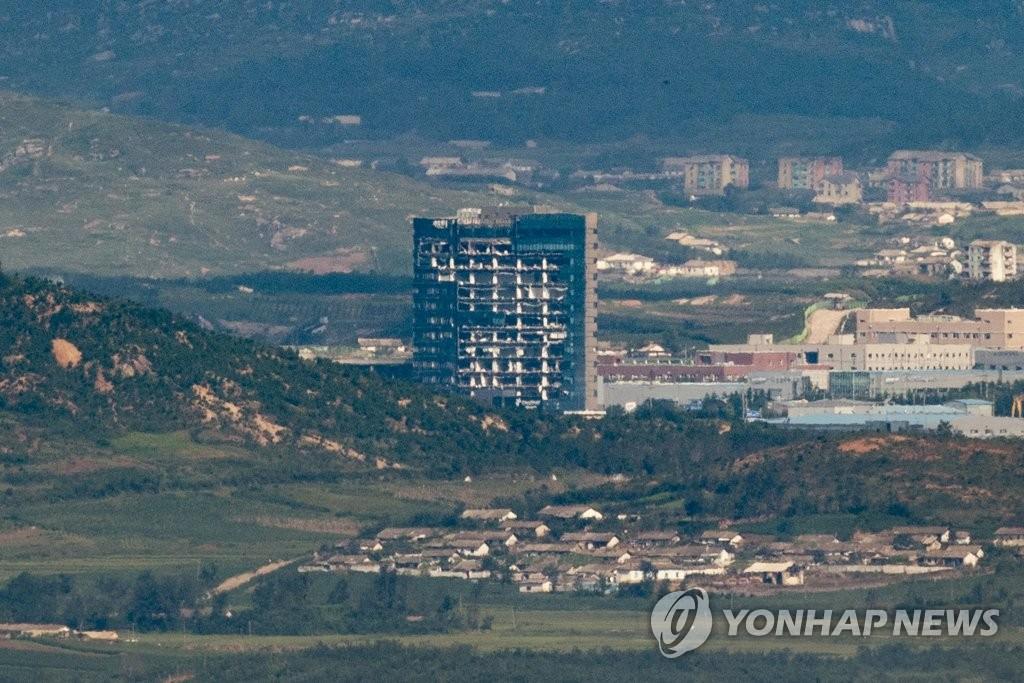 资料图片:瞭望台上远眺位于朝鲜的韩朝联办。 韩联社