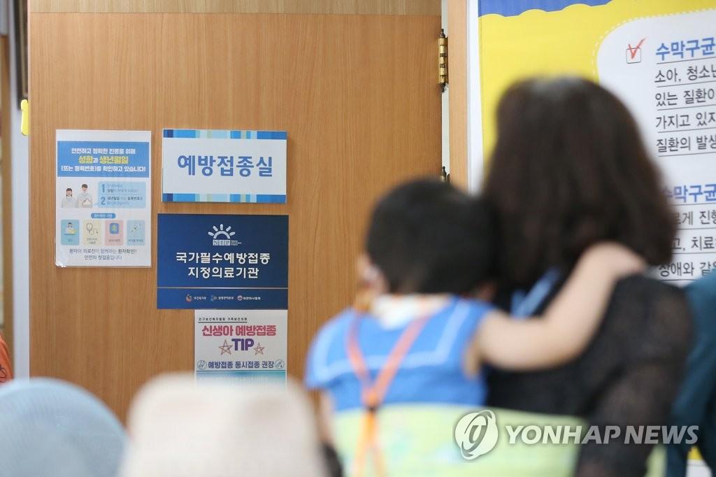 等待接种流感疫苗 韩联社