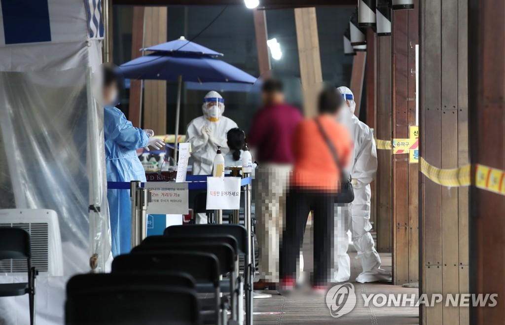 市民们排队待检。 韩联社