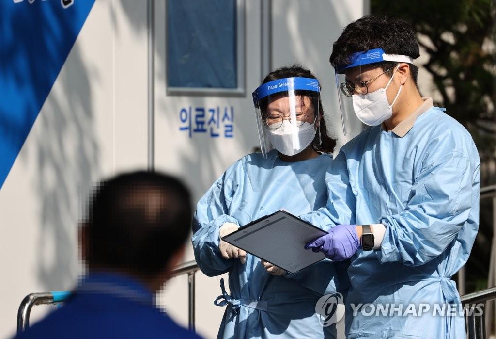 资料图片:筛查点的医疗工作者 韩联社