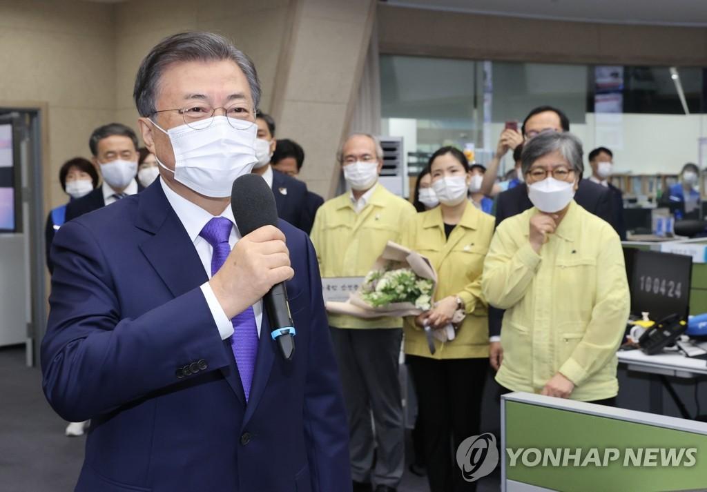 9月11日,总统文在寅(左)在疾病管理厅厅长任命仪式上讲话。 韩联社