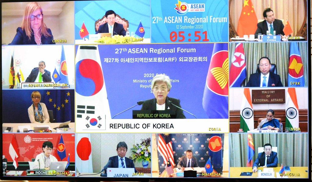 9月12日,康京和(居中)出席东盟地区论坛外长会。 韩联社/外交部供图(图片严禁转载复制)