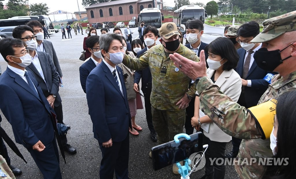 资料图片:9月16日,统一部长官李仁荣(居中)在板门店共同警备区听取军官介绍。 韩联社