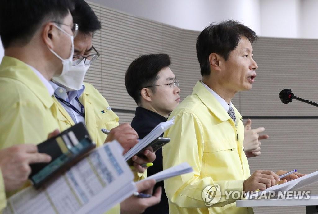 资料图片:9月16日,韩国中央灾难安全对策本部总发言人金刚立在记者会上发言。 韩联社