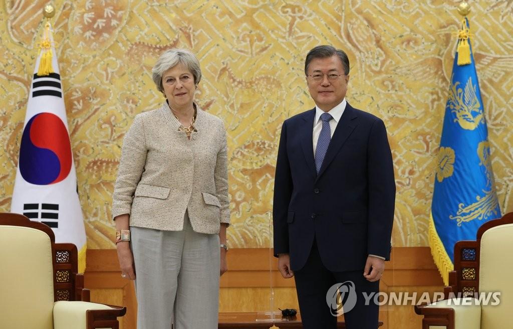 9月16日下午,在青瓦台,韩国总统文在寅(右)会见到访的英国前首相特雷莎·梅。特雷莎·梅此行旨在出席在首尔举行的世界知识论坛。 韩联社