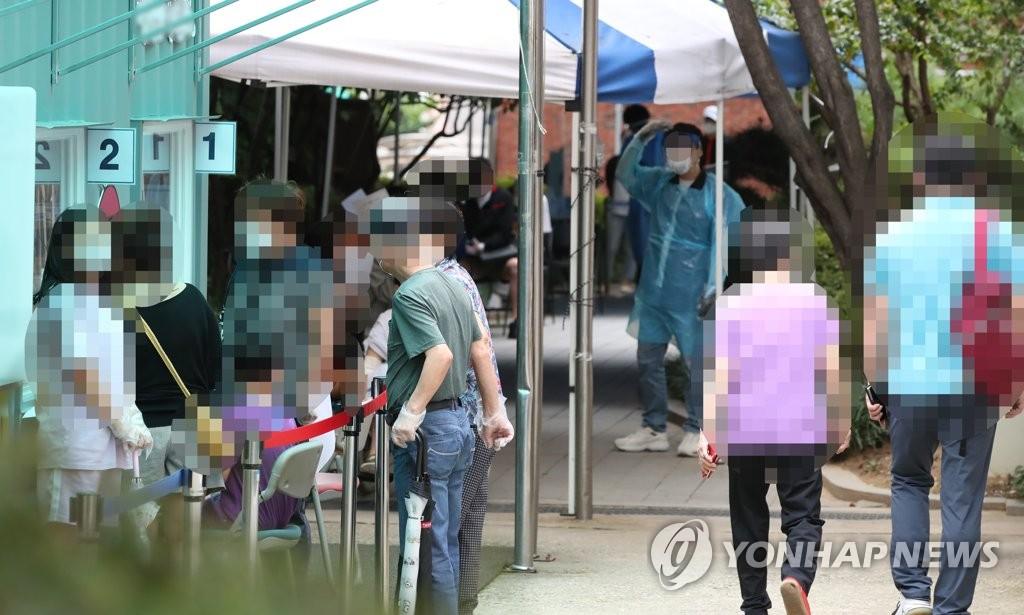 资料图片:9月17日,首尔市一新冠筛查点外人群熙攘。 韩联社