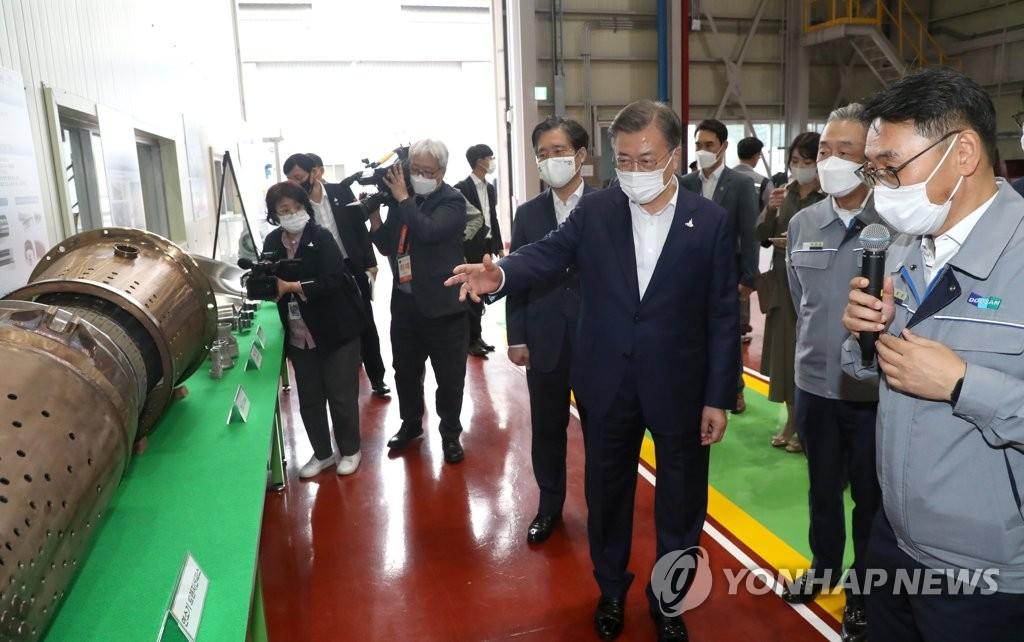 9月17日,在庆尚南道昌原市,文在寅(右三)在斗山重工听取有关燃气轮机高温部件的产品介绍。 韩联社