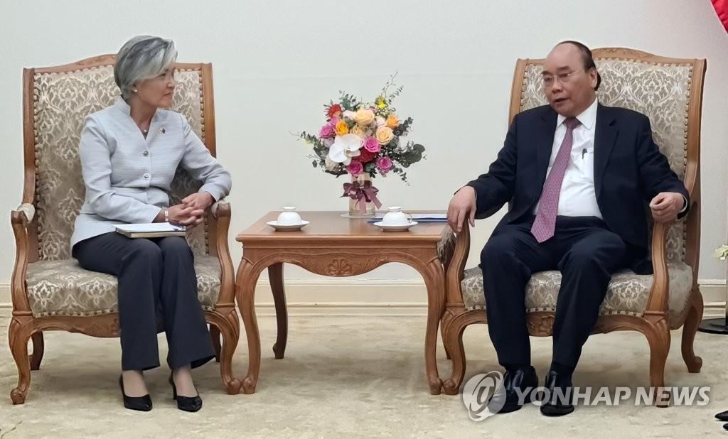 资料图片:9月17日,韩国外交部长官康京和(左)会晤越南总理阮春福。 韩联社
