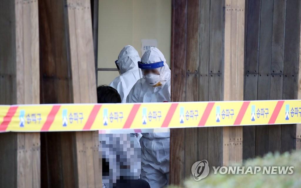 9月18日,在首尔市松坡区卫生站的筛查点,医疗工作人员正在忙碌。 韩联社