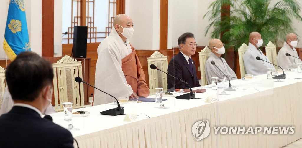 9月18日,在青瓦台,大韩佛教曹溪宗总务院长园行法师(左二)出席文在寅与佛教领袖座谈会并发言。 韩联社