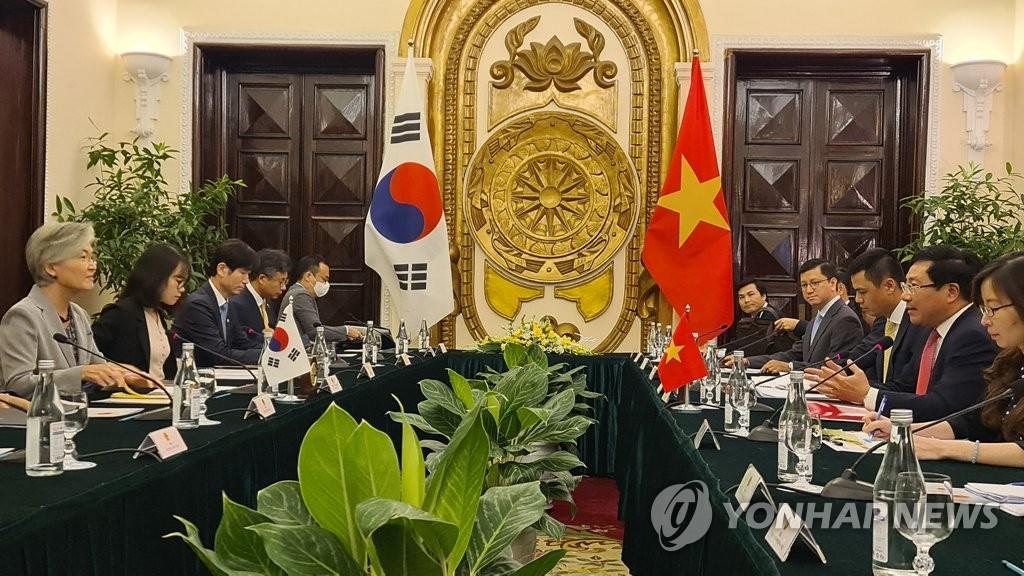 资料图片:9月18日,韩国外交部长官康京和(左一)在越南政府迎宾馆会晤越南副总理兼外交部长范平明(右二)。 韩联社