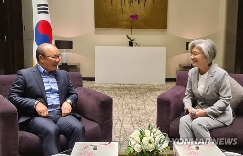 韩外长会见越南国足韩籍教练