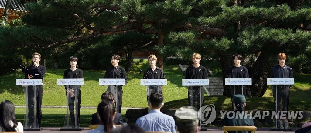 资料图片:9月19日,人气男团防弹少年团(BTS)出席在青瓦台举行的首届青年日纪念活动,并作为青年代表发言。 韩联社