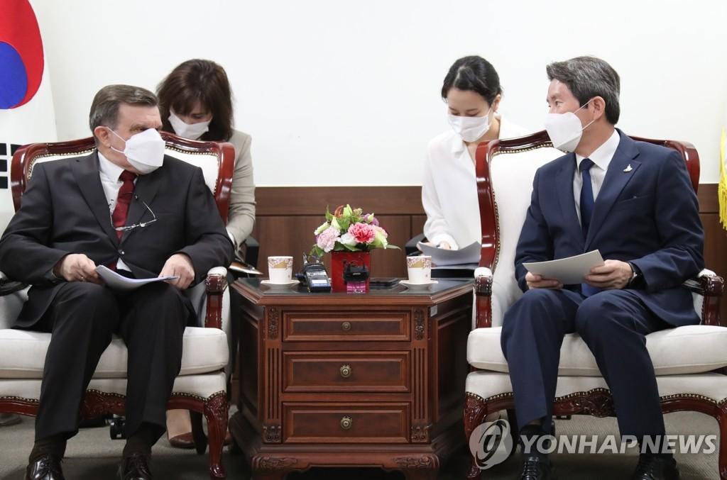 韩统一部长官会见俄大使强调韩朝俄三边合作