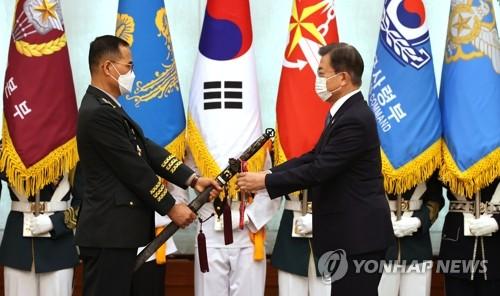 文在寅为陆军参谋总长授衔